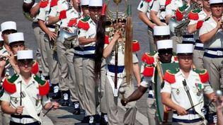La Légion défile de son pas plus lent. (LEGION ETRANGERE)