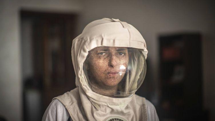 Fatimazehra El Ghazaoui est atteinte dexeroderma pigmentosum. Une maladie rare d'hyper sensibilité au soleil. Pour survivre, elle doit se protéger en permanence du soleil. Photographiée le 16 juillet 2019 chez elle, près de Casablanca. (MOSA'AB ELSHAMY/AP/SIPA / SIPA)