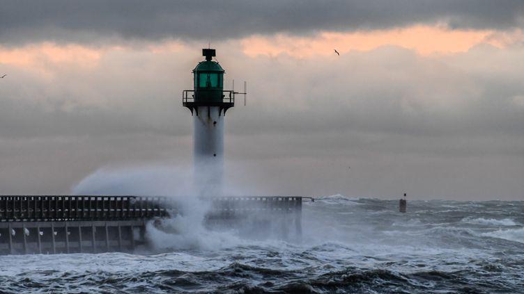 Le phare du port de Calais frappé par les flots, le 10 décembre 2017. (DENIS CHARLET / AFP)