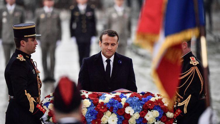 Emmanuel Macron, lors des cérémonies du 8-mai, déposant une gerbe sur la tombe du soldat inconnu, le 8 mai 2019 à Paris. (MARTIN BUREAU / AFP)