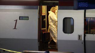 Des policiers collectent des preuves dans le Thalys dans lequel un homme lourdement armé a tenté de tirer sur des passagers, blessant deux personnes, vendredi 21 août 2015. ( PASCAL ROSSIGNOL / REUTERS)