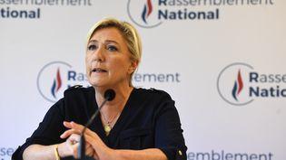 La présidente du Rassemblement national Marine Le Pen s'exprime lors d'une conférence de presse au siège du parti à Nanterre, le 28 juillet 2020 (photo d'illustration). (CHRISTOPHE ARCHAMBAULT / AFP)