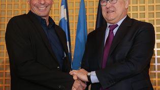 Le nouveau ministre des Finances grec Yanis Varoufakis (à gauche) et son homologue français Michel Sapin, le 1er février 2015 à Paris. (JACQUES DEMARTHON / AFP)