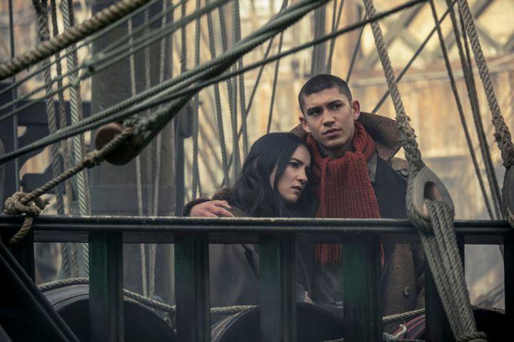 "Jessie Mei Li (Alina Starkov) et Archie Renaux (Malyen ""Mal"" Oretsev). (ATTILA SZVACSEK/NETFLIX / SAB_AS_020720_0193)"