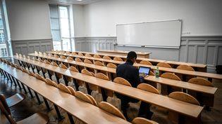 Illustration. Un étudiant dans les locaux de l'unviersité Paris-Sorbonne en Mars 2018. (STEPHANE DE SAKUTIN / AFP)