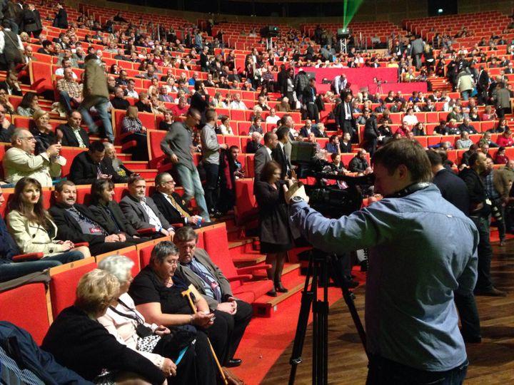 Un journaliste russe de la télévision Tsargrad TV filme le public du Congrès du Front national à Lyon (Rhône), le 30 novembre 2014. (ARIANE NICOLAS / FRANCETV INFO)