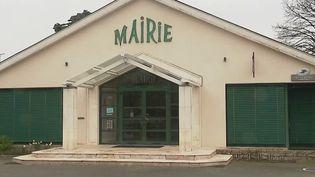 """Le procès du couple Fillon fait la Une du """"Maine Libre"""", le quotidien du fief des époux. L'actuel maire de Sablé-sur-Sarthe (Sarthe) Marc Joulaud, ancien suppléant de François Fillon comparait aussi pour détournement de fond public. (France 3)"""