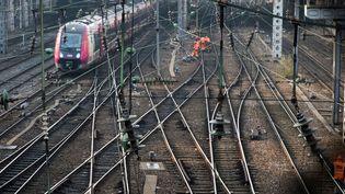 Des salariés de la SNCF travaillent sur des voies près de la gare de l'Est à Paris, le 21 février 2018. (JOEL SAGET / AFP)