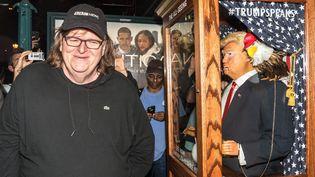 Le réalisateur Michael Moore aux côtés d'une marionnette parodique de Donald Trump, à New York, le 18 octobre 2016. (CORDON PRESS/SIPA)