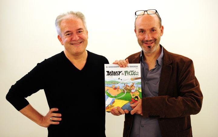 Les deux auteurs d'Astérix, Didier Conrad (à gauche) et Jean-Yves Ferri présentent leur album, Astérix chez les Pictes, au salon du livre de Francfort, le 11 octobre 2013. (DANIEL REINHARDT / DPA)