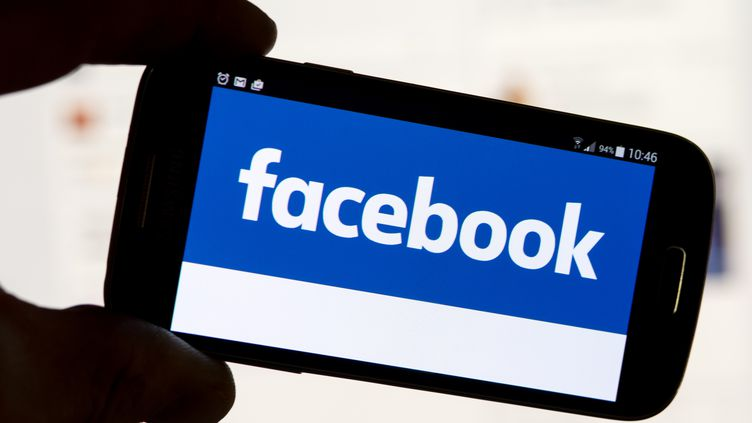 Le logo Facebook sur un téléphone portable, à Munich (Allemagne), le 11 décembre 2016. (TOBIAS HASE / DPA / AFP)