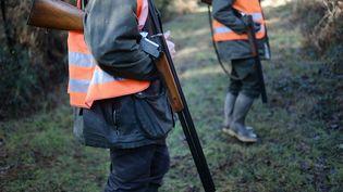 Des chasseurs dans un bois de La Chapelle-Glain (Loire-Atlantique), le 14 février 2015. (Photo d'illustration) (JEAN-SEBASTIEN EVRARD / AFP)