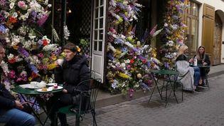 Vilnius, en Lituanie, autorise les restaurant et les cafés à s'étendre sur les places publiques. Les habitants ont retrouvé le plaisir d'être ensemble dehors. Le déconfinement lituanien est suivi de près par la ville de Paris (France 3)
