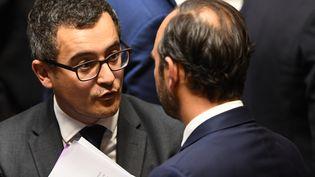 Gérald Darmanin, le ministre de l'Action et des Comptes publics, est visé par une enquête pour viol. Ci-contre, Gérald Darmanin discute avec le Premier ministre Édouard Philippe à l'Assemblée nationale, le 24 octobre 2017. (ERIC FEFERBERG / AFP)