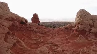 Il fait partie des campings les plus insolites du monde. Difficilement accessible, White Pocket est un joyau secret dans le nord de l'Arizona (États-Unis). (FRANCE 2)