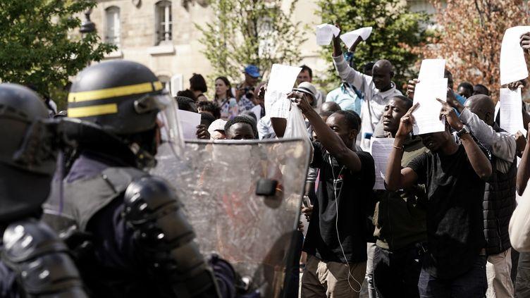 La police intervient pour déloger les sans-papiers du Panthéon, le 12 juillet 2019 (KENZO TRIBOUILLARD / AFP)