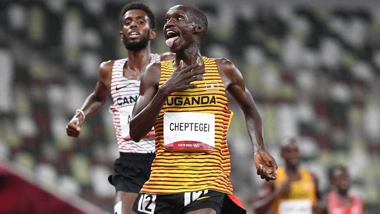 L'Ougandais Joshua Cheptegei, vainqueur du 5 000 mètres des Jeux olympiques de Tokyo, devant le Canadien Mohammed Ahmed. (JEWEL SAMAD / AFP)