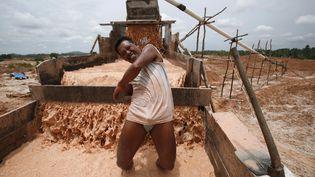Un mineur sur un site d'exploitation de poudre d'étain,sur l'île de Bangka (Indonésie), le 21 février 2007. (BEAWIHARTA BEAWIHARTA / REUTERS)