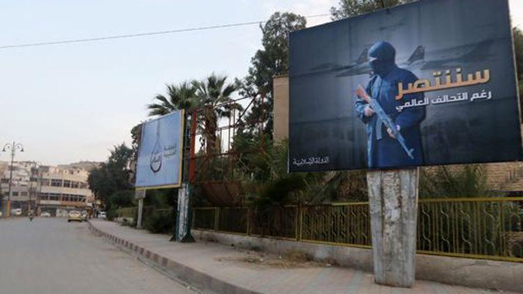 Une affiche de Daech dans les rues de la ville de Raqqa (est de la Syrie) qu'il contrôle, sur laquelle on peut lire : «Nous gagnerons malgré la coalition internationale» (29 octobre 2014). (Nour FOURAT / REUTERS)
