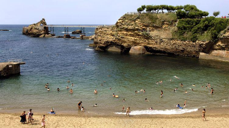 De baigneurs aurocher de la Vierge, sur la plage du Port-Vieux à Biarritz, le 17 juilet 2019 (PHILIPPE ROY / AFP)