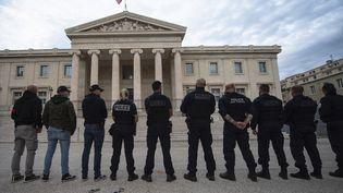 Des policiers manifestent devant le palais de justice de Marseille (Bouches-du-Rhône) après avoir jeté symboliquement à terre leurs menottes, le 11 juin 2020. (CLEMENT MAHOUDEAU / AFP)