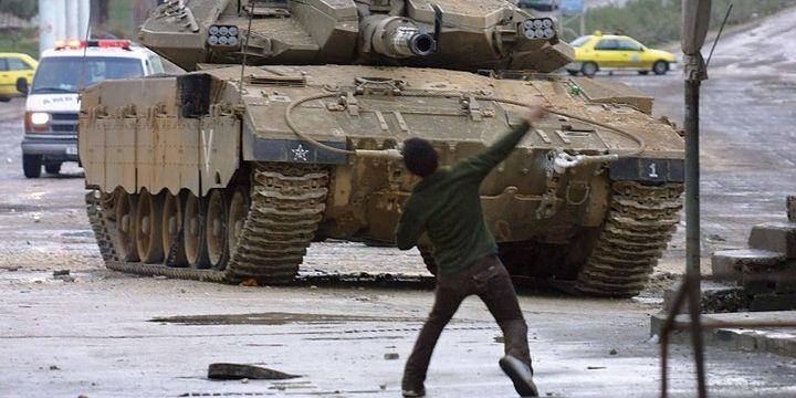 Manifestant palestien face à un char israélien (2003, Cisjordanie) (JAAFAR ASHTIYEH / AFP)