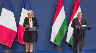 Marine Le Pen était en Hongrie, mardi 26 octobre, pour rencontrer Viktor Orban. Le Premier ministre hongrois a déroulé le tapis rouge à la présidente du Rassemblement national.  (CAPTURE ECRAN / FRANCEINFO)