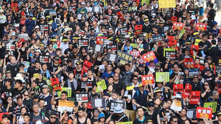 Manifestation géante de plusieurs centaines de milliers de personnes le 1er juillet, jour anniversaire de la rétrocession de la colonie britannique à la Chine en 1997, pour réclamer la démocratie. (JUN YASUKAWA / AFP)