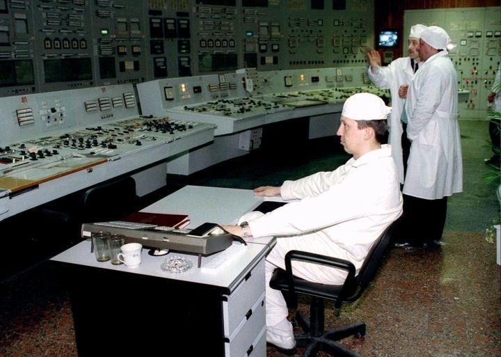 Des employés de la centrale de Tchernobyl dans la salle de commandes du réacteur n°1 en avril 1996, dix ans après l'explosion du réacteur n°4 qui a provoqué la pire catastrophe nucléaire de l'histoire. (STRINGER . / X80002)