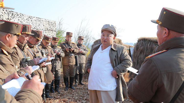 Kim Jong-un lors d'une visite à une unité de l'armée nord-coréenne. Photo diffusée par l'agence de presse officielle du régime le 10 avril 2020. (KCNA VIA KNS / AFP)