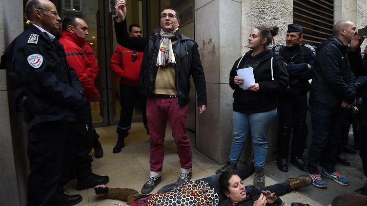 L'accès d'un professeur syndiqué à l'université de Montpellier (Hérault) est refusée, le 3 avril 2018, lors de la réouverture des locaux. (SYLVAIN THOMAS / AFP)