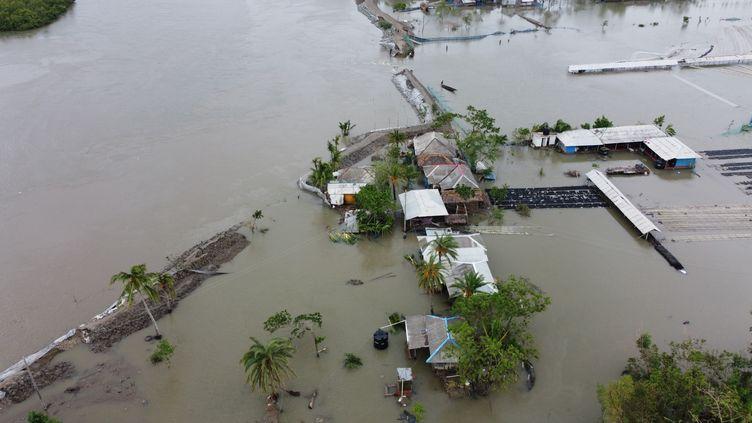 Une vue aérienne des inondations après le passage du cyclone Amphan et la rupture d'un barrage dans la région deShyamnagar (Bangladesh), jeudi 21 mai 2020. (MUNIR UZ ZAMAN / AFP)