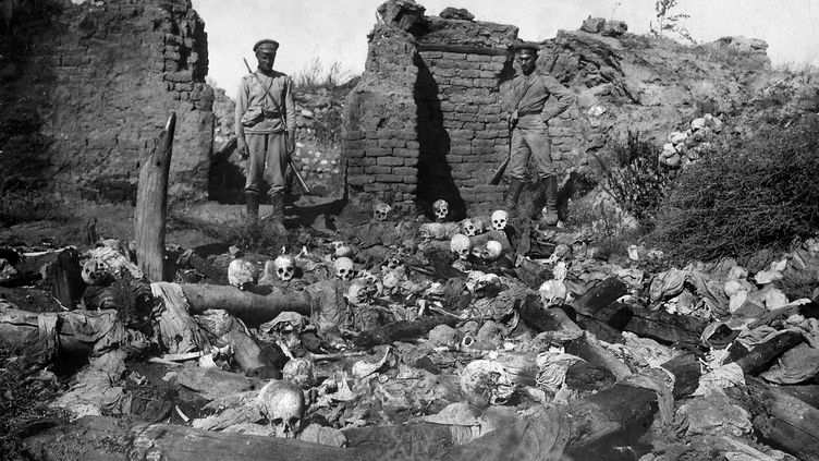 Un charnier de victimes arméniennes du génocide dans le village de Sheyxalan (Turquie), en 1915. (ARMENIAN GENOCIDE MUSEUM / AFP)