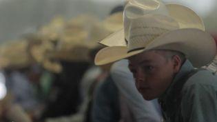 Que faut-il penser de la tradition américaine du rodéo ? Vraie coutume, c'est aussi parfois un business. La ville de Gonzales (Texas) a accueilli des sélections pour enfants et adolescents. (États-Unis : les enfants aussi font du rodéo)