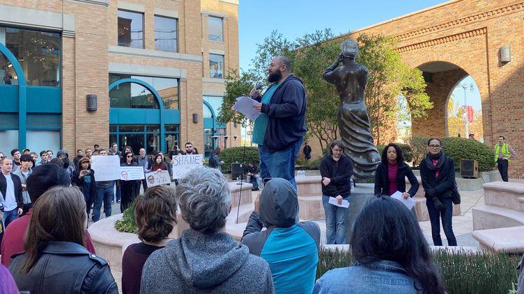 Uningénieur chez Google, s'exprime lors d'un rassemblementpour dénoncer les pratiques du géant américain, devant le bureau du groupe à San Francisco, le22 novembre2019. (PARESH DAVE / REUTERS)