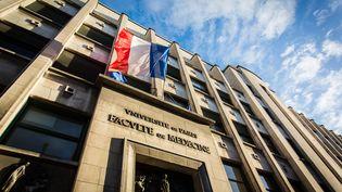 La façade de la faculté de médecine de l'université René-Descartes, dans la rue des Saints-Pères, à Paris. (GARO / PHANIE / AFP)