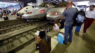 Des voyageurs à la gare Montparnasse, à Paris, le 27 juillet 2018. (GERARD JULIEN / AFP)