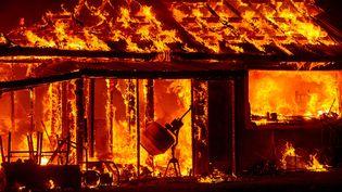 une maison en flammes à Seigler Springs, en californie, le 13 septembre 2015. (JOSH EDELSON / AFP)