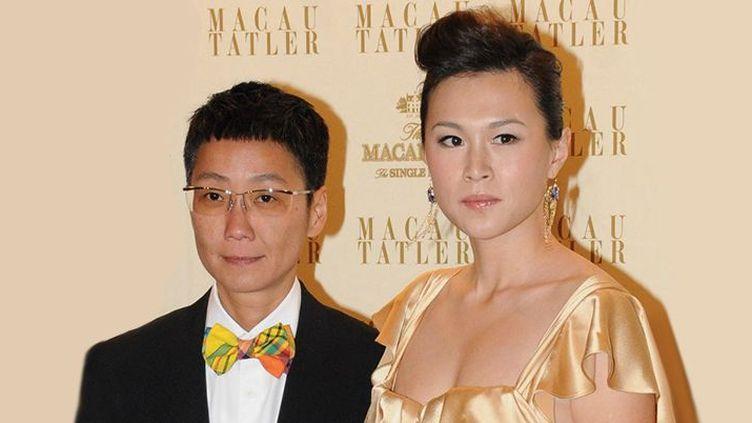 Gigi Chao (D),fille du magnat de Hong Kong Cecil Chao Sze-tsung, avec sa partenaire, le 4 septembre 2011à Macao. (APPLE DAILY / AFP)