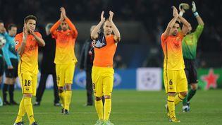 Les joueurs du FC Barcelone applaudissent leurs supporters après le nul (2-2) décroché au Parc des Princes, contre le PSG, en quart de finale aller de la Ligue des champions, le 2 avril 2013. (LLUIS GENE / AFP)