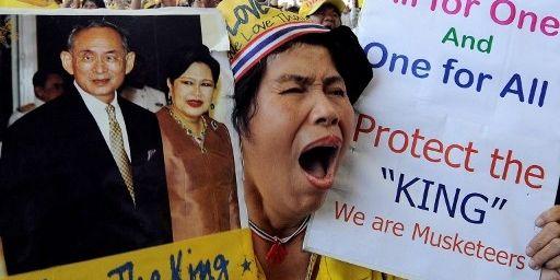 Une «chemise jaune», lors d'un blocage de l'aéroport international de Bangkok, le 2 décembre 2008. Elle brandit des pancartes favorables à la famille royale thaïlandaise. (AFP PHOTO/SAEED KHAN  )