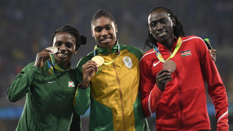 Comme Caster Semenya (au c.) et Francine Niyonsaba (à g.) qui étaient avec elle sur le podium du 800 m féminin lors des JO de Rio en 2016, Margaret Wambui (à d.) présente naturellement un taux très élevé de testostérone pour une femme. Ce podium avait été largement critiqué.  (ERIC FEFERBERG / AFP)