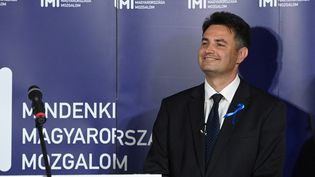 Peter Marki-Zay donne une conférence de presse à Budapest, le 17 octobre 2021. (ATTILA KISBENEDEK / AFP)