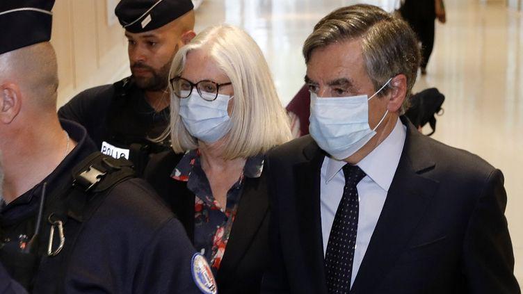 Penelope et François Fillon quittent le tribunal de grande instance de Paris, le 29 juin 2020. (THOMAS SAMSON / AFP)