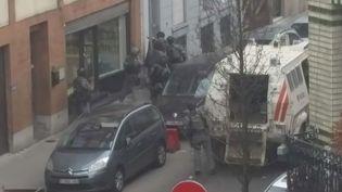 i-Télé s'est procuré de nouvellesimages de l'arrestation de Salah Abdeslam à Molenbeek (Belgique), le 18 mars 2016. (ITELE / DAILYMOTION)