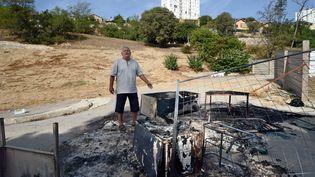 Des habitants d'une cité marseillaiseont chassés les Roms d'un campement avant d'y mettre le feu, jeudi 27 septembre 2012. (ANNE-CHRISTINE POUJOULAT / AFP)