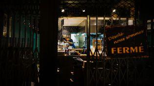 Uncuisinier préparede nuit les commandes pour les livraisonsà domicile dans un restaurant à Nice (Alpes-Maritimes), le 7 janvier 2021.L'avancée du début du couvre-feu à 18 heures a conduit de nombreux établissements à changer leurs horaires d'ouverture.  (ARIE BOTBOL / HANS LUCAS / AFP)