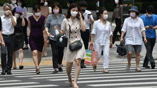 Des piétons portant des masques traversent la route dans le centre de Séoul, en Corée du Sud, le 23 juin 2020. (JUNG YEON-JE / AFP)