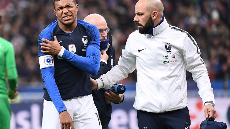 Kylian Mbappé grimace après s'être blessé lors d'un match amical France-Uruguay, au Stade de France, à Saint-Denis (Seine-Saint-Denis), le 20 novembre 2018. (ANNE-CHRISTINE POUJOULAT / AFP)