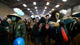 Des participants de la rave-party de Lieuron (Ille-et-Vilaine), le 1er janvier 2021. (JEAN-FRANCOIS MONIER / AFP)
